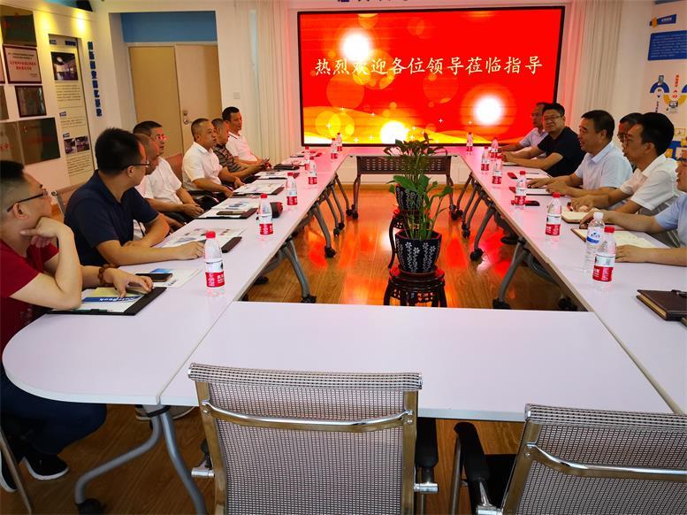 常务副县长王苏龙一行对财源大数据项目进行详细了解.jpg