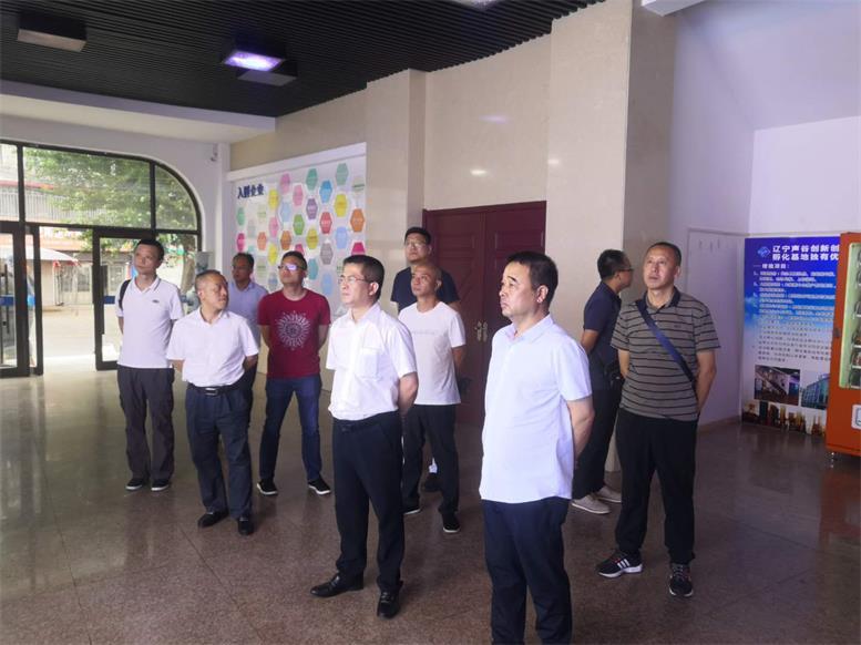 常务副县长王苏龙一行参观辽联服务外包公司.jpg