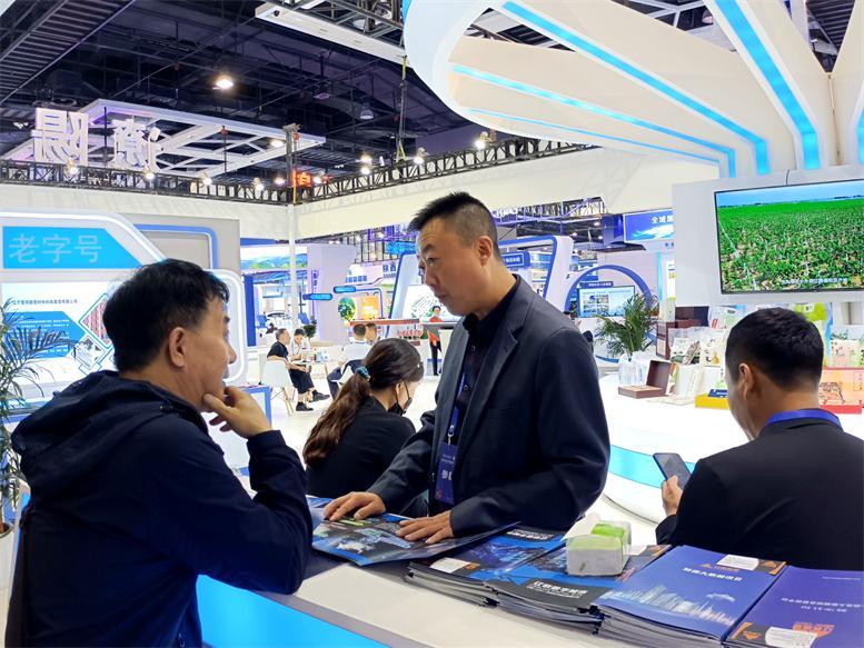 企业以及媒体到辽联信息展区洽谈2.jpg