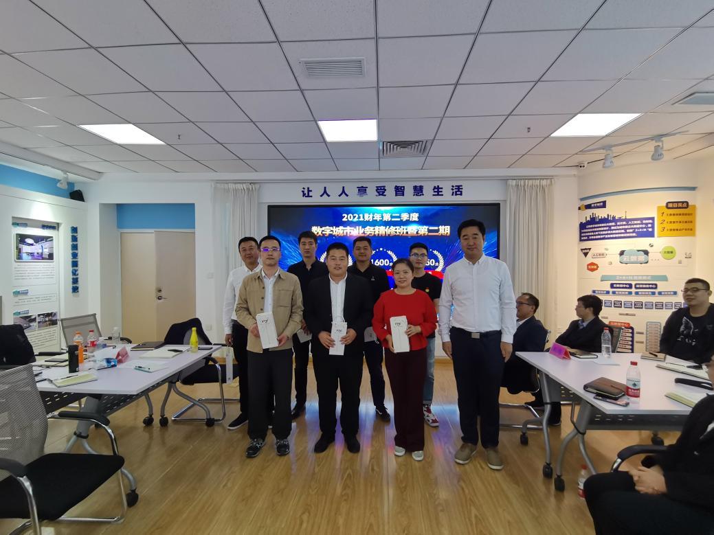 观察组领导为第三名颁奖.jpg